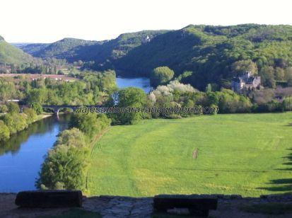 vista del Dordogne desde el patio abierto a la entrada del Castillo de Beynac; ribera llena de castillos, entre ellos Fayrac y Castelnaud