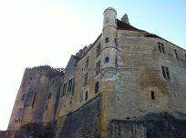 patio de entrada al castillo, totalmente abierto a la izquierda, desde donde se divisa buena parte del valle de la Dordogne y varios de sus castillos