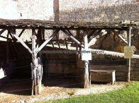 caballeriza de recepción en el patio de armas; en el cartel de la derecha puede leerse que este castillo sirvió de escenario natural en una famosa película sobre Juana de Arco, como también lo fue en otras de época