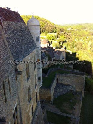 vista lateral dela fachada sur del castillo, en primer término la terraza abierta (al acantilado) existente a la izquierda del patio de entrada; puede verse la imbricación del castillo en la roca