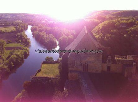 atardecer sobre la ribera noroeste del Dordogne, con la capilla del castillo en primer término, desde las almenas superiores
