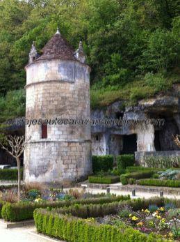 primer y rupestre asentamiento benedictino, en la cueva del fondo; cómo cambian los tiempos!!!!