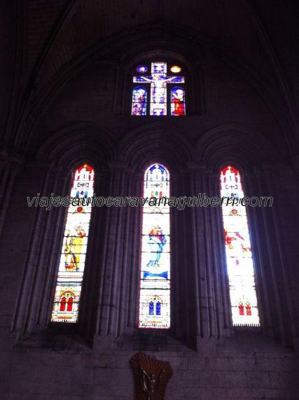 estilizados vitrales sobre el altar mayor
