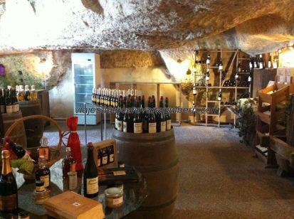 curiosa y especial tienda de vinos bajo la roca