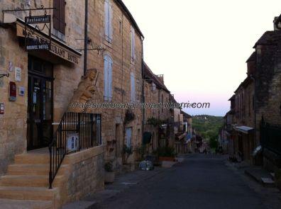 calle principal de Domme desde la plaza: restaurantes, hoteles y muchos comercios