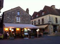 terraza de restaurante al atardecer, justo donde empieza la calle mayor, en la plaza