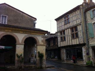 plaza donde se encuentra el almacén de grano y productos agrícolas; empezamos a ver las típicas casas entramadas