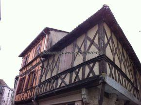entramados de madera y argamasa, a la izquierda, y de madera y ladrillo al lado, tradicionales y diferentes