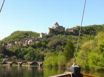 vista de Castelnaud y su imponente y famoso castillo, desde la gabarra sobre el Dordogne