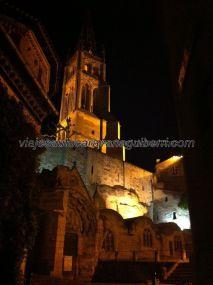 y, después de una rica cena, regada con un decente vino, nada mejor que un paseo nocturno por Saint Emilion; esta imagen del conjunto religioso es muy diferennte a la obtenida de día
