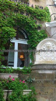 uno de los restaurantes de la cuesta anterior, florido y con fuente