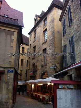 en este rincón tan agradable hay cuatro o cinco restaurantes, uno junto a otro, con sus respectivas terrazas