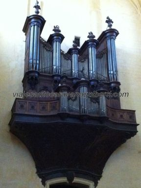 órgano de la catedral, literalmente colgado de la pared