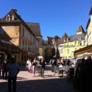 Place de la Liberté, con sus terrazas, en una estupenda mañana
