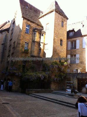 casa señorial en la Place du Marché aux Oies, detrás del mercado cubierto