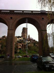 viaducto que nos recibe y acoge al llegar a Albi, con su Catedral enmarcada, desde el parking