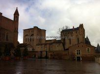 Palacio de la Berbie, con la Catedral a la izquierda y la Oficina de Turismo a la derecha, todo en ladrillo rojo del Tarn