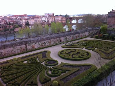 jardines del palacio, al fondo los puentes 'viejo' y 'nuevo', que salvan el Tarn y han permitido/posibilitado el desarrollo de Albi