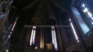 armonioso conjunto de vidrieras en la cúpula central