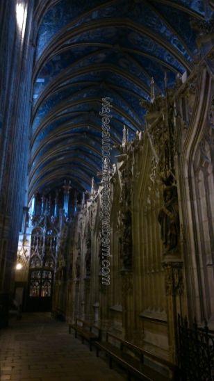 bóveda de crucería principal y celosías que definen en precioso coro