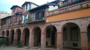 plaza porticada camino del recóndito acceso al precioso claustro de la colegiata