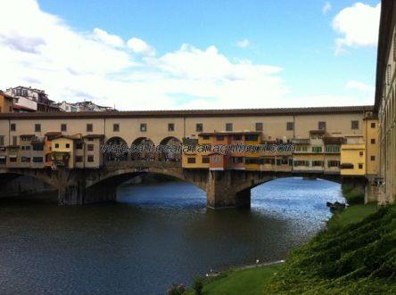 saliendo por la arcada del fondo de los Uffizi, llegamos al Río Arno, y girando a derecha nuestra mirada nos encontramos con il Ponte Vecchio, una curiosa y habitada estructura sobre el río