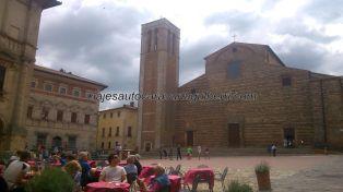 vista de la piazza desde el otro lado, con su catedral o Duomo con campanile