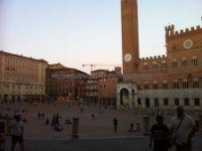 la piazza tiene forma de abanico (en pendiente hacia el Palazzo Pubblico), con nueve triángulos en la parte más clara donde se arremolina la gente en la carrera/batalla de Il Palio, en tanto los caballos galopan por fuera, por la parte más oscura