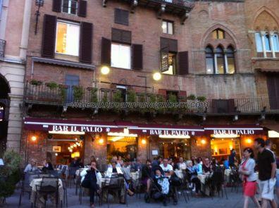 la parte alta de la piazza está llena de restaurantes y terrazas muy concurridas