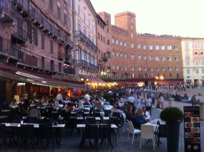 la famosa carrera Il Palio di Siena se desarrolla justo por donde están ubicadas estas terrazas (que, obviamente, retiran)