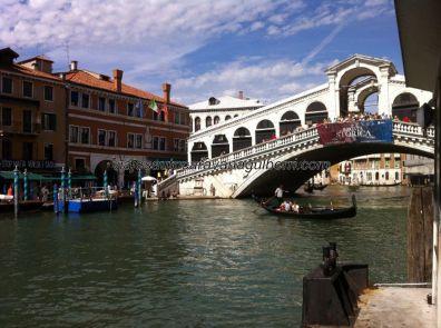 Ponte Rialto sobre el Gran Canal desde los embarcaderos de los vaporetto