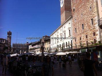 la Piazza Erbe, ahíta de terrazas y comercios, y gente claro