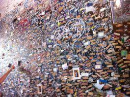 el amor hiere, como muestra esta pared sembrada de tiritas