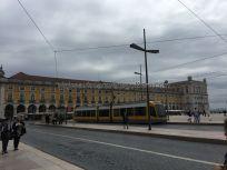 moderno tranvía en Praça do Comercio, Lisboa