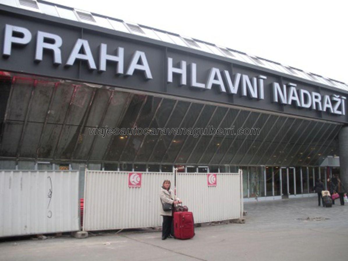 esperando taxi en la estación