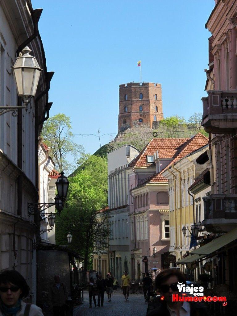 calle pilies vista torre castillo de gediminas vilna lituania