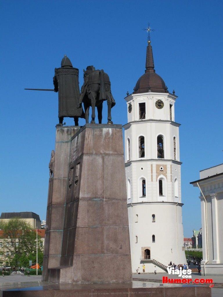 monumento a gediminas vilnius y campanario Basílica Catedral de San Estanislao y San Ladislao lituania