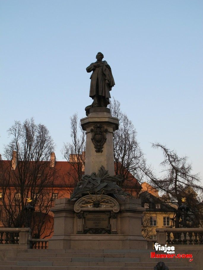 monumento a Adam Mickiewicz varsovia polonia