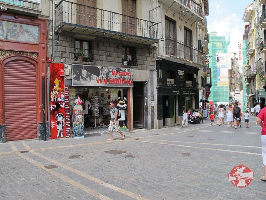 curva de la calle estafeta y tiendas de souvenir