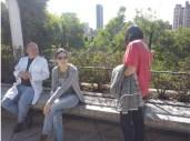 Después de un duro día poniendo a punto el sistema de medición, Gerardo, Ana y Eloisa descansan y disfrutan del sol bogotano en la terraza del edificio de Biología de Uniandes,. (Foto: Jorge Curiel Yuste)