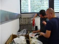 Ya en el laboratorio de Eloisa (Universidad de los andes) poniendo a punto el sistema de medición de CO2. Lo primero es lo primero...hacer agujeros en las tapas de los potitos donde iría el suelo (Foto: Ana-Maria Hereş)