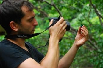 Moens fotografiando una Thalurania