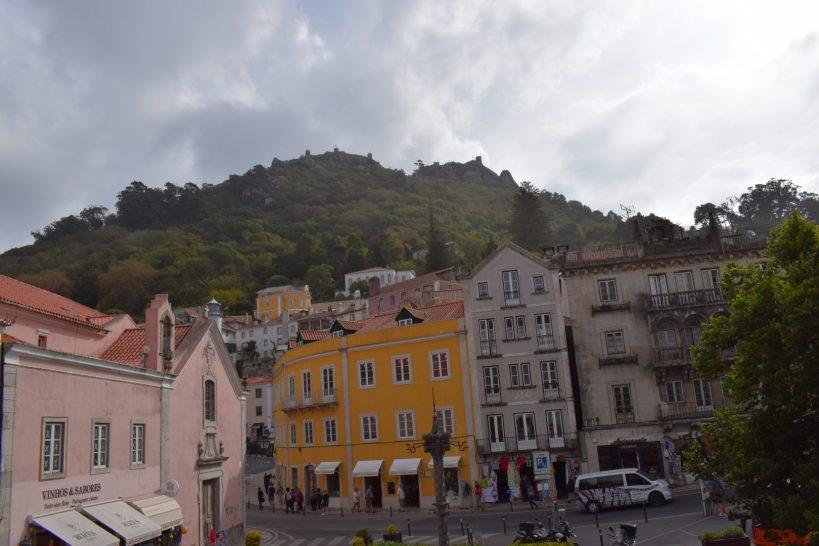 Castelo dos Mouros desde Plaça da República. Sintra (Portugal)
