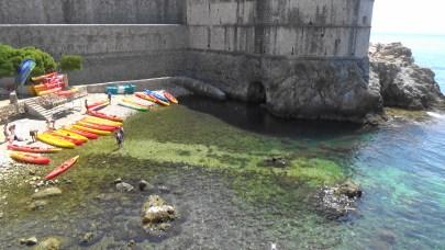 Kayaks a los pies de las murallas. Dubrovnik (Croacia)