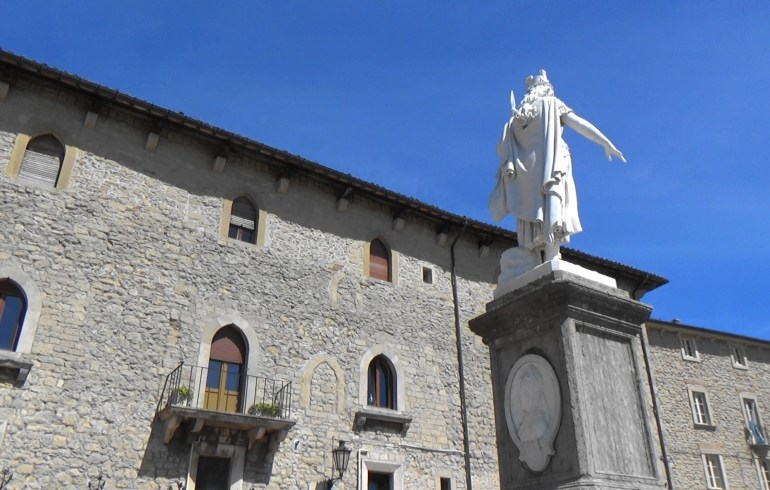 Estatua y Piazza della Libertá. San Marino.