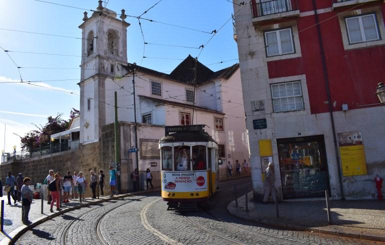 Tranvía nº 28 en Largo Portas do Sol, Alfama. Lisboa (Portugal)