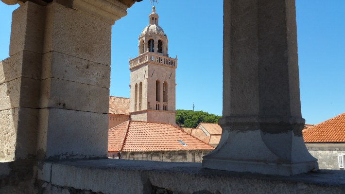 Vistas de la catedral de San Marcos desde la torre de la casa de Marco Polo. Kórcûla (Croacia)