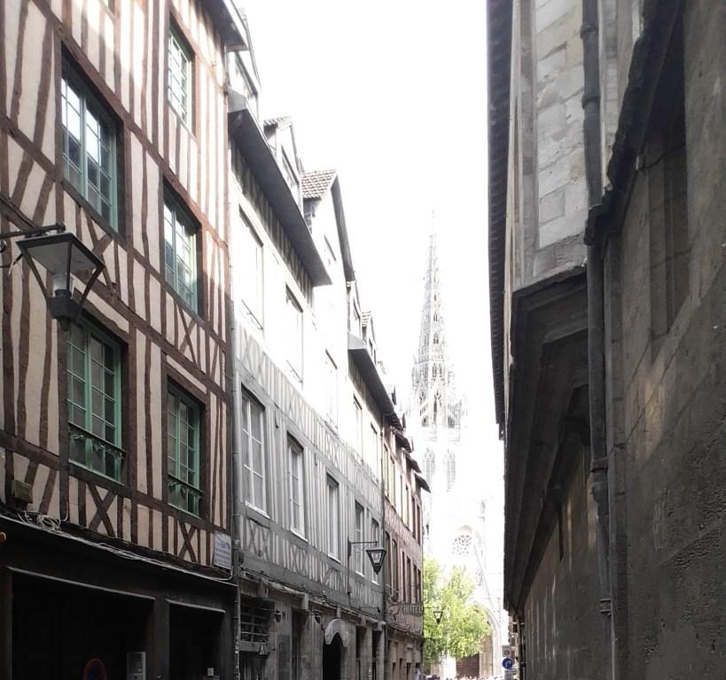 Al fondo la Église Saint Maclou, en la plaza Barthelemy. Rouen (Francia)