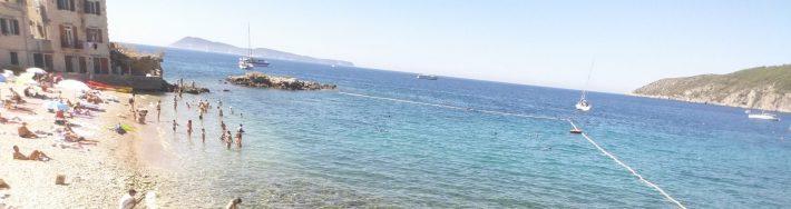 Al fondo la isla de Bisevo desde Komiza (Croacia)