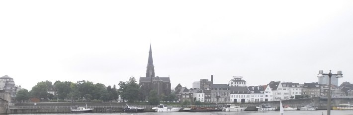 Río Mosa y la iglesia Onze Lieve Vrouweplein. Maastricht (Holanda)